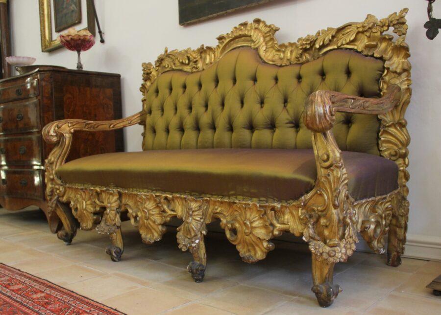Divani Coppia di divani dorati e scolpiti in oro zecchino